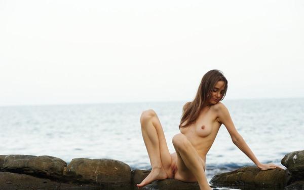 femjoy-fibby-posing-in-cold-sea